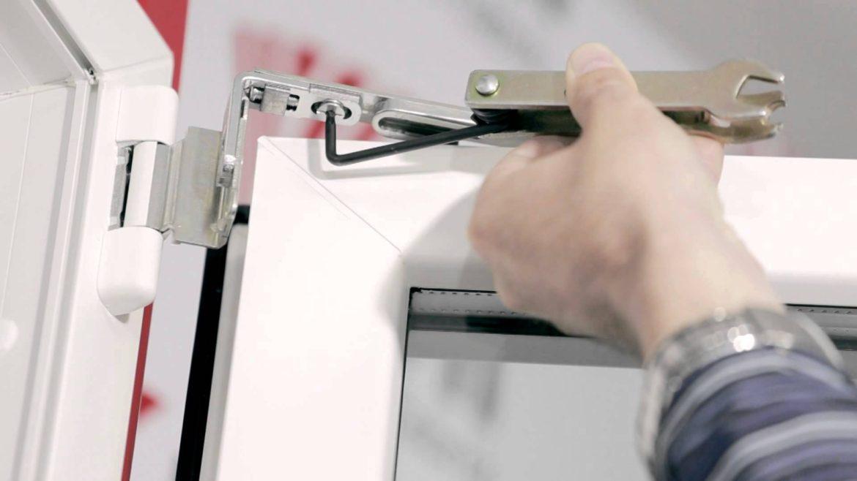 Reparatii la balamaua ferestrei termopan