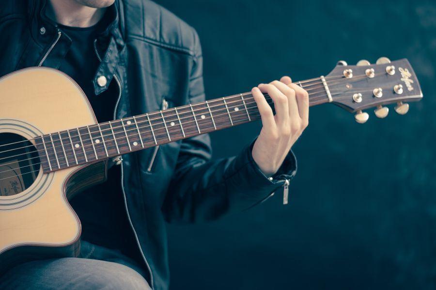 7 motive pentru a canta la o chitara clasica
